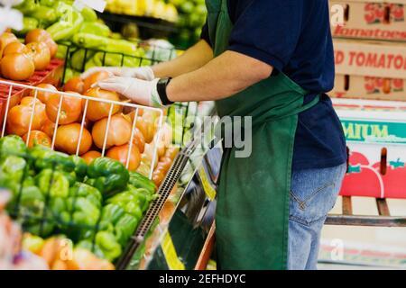Vue en section centrale d'un épicier situé dans un supermarché