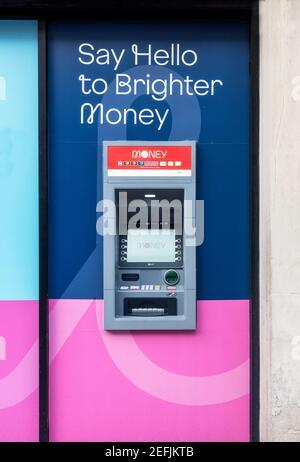 Distributeur automatique de billets à l'extérieur d'une banque Virgin Money à Liverpool