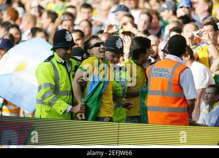 Football - Argentine / Brésil - International friendly - Emirates Stadium, Londres - 3/9/06 UN fan du Brésil est conduit par la police après avoir courir sur le terrain crédit obligatoire: Action Images / Michael Regan