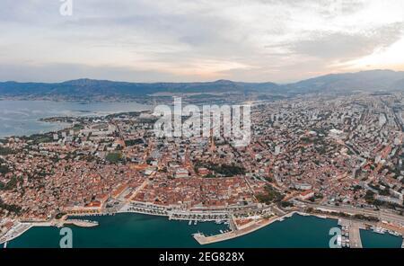 Vue aérienne par drone de la nouvelle ville de Split avant le lever du soleil Matin en Croatie