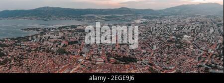 Vue aérienne panoramique sur la nouvelle ville de Split avant le lever du soleil Le matin en Croatie
