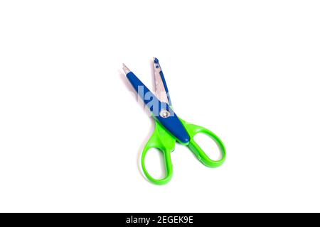 Ciseaux lumineux pour couper des motifs isolés sur fond blanc