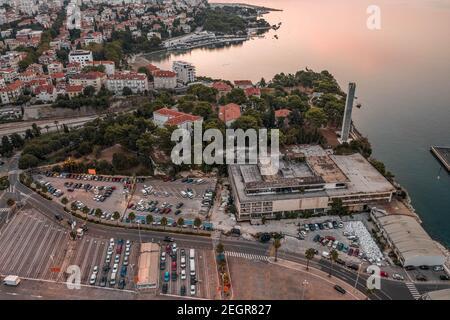 Vue aérienne de drone de stationnement par ferry port pomoraca parc Avant le lever du soleil le matin en Croatie