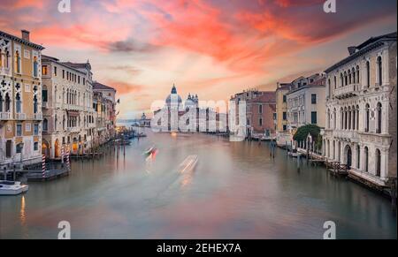 Vue imprenable sur les gratte-ciel de Venise avec le Canal Grande et la basilique Santa Maria Della Salute au loin pendant un beau lever de soleil.