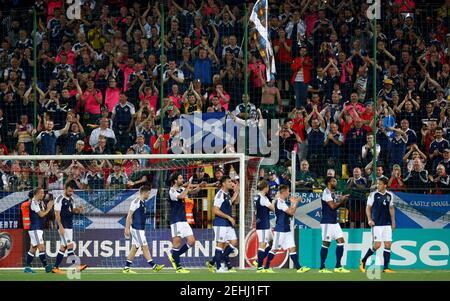 Football football - qualifications de coupe du monde 2018 - Europe - Lituanie vs Ecosse - Vilnius, Lituanie - 1 septembre 2017 les joueurs écossais applaudissent les fans après le match REUTERS/Ints Kalnins