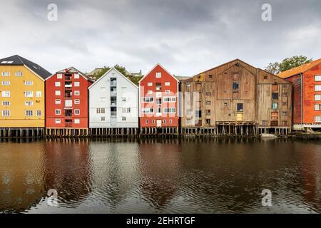 Bâtiments colorés le long de la rivière nidelva, à Trondheim, en Norvège.