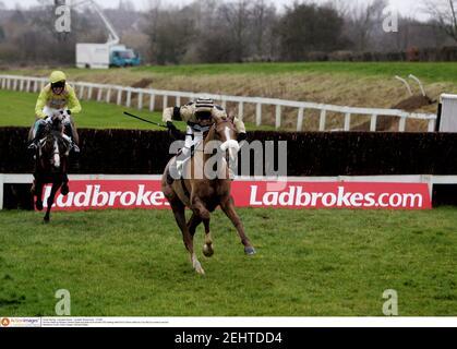 Courses hippiques - courses de Leicester - Hippodrome de Leicester - 11/1/05 Hirvine monté par Richard Johnson mène et va gagner la réunion de 3.00 tandis que le charme d'Eric monté par Tony McCoy vient en deuxième crédit obligatoire: Action Images / Michael Regan