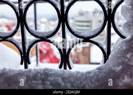 Neige sur la fenêtre râpe, arrière-plan d'hiver