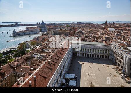 Vue aérienne de la tour San Marco sur la place Saint-Marc avec la basilique de Santa Maria della Salute et Punta della Dogana derrière, Venise, Vénétie, IT