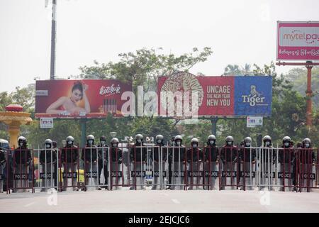 Yangon, Myanmar. 22 février 2021. La police avance vers les manifestants pendant la manifestation. Une foule massive s'est emmenée dans les rues de Yangon pour protester contre le coup d'État militaire et a demandé la libération d'Aung San Suu Kyi. L'armée du Myanmar a arrêté le conseiller d'État du Myanmar Aung San Suu Kyi le 01 février 2021 et a déclaré l'état d'urgence tout en prenant le pouvoir dans le pays pendant un an après avoir perdu les élections contre la Ligue nationale pour la démocratie (NLD). Crédit : SOPA Images Limited/Alamy Live News
