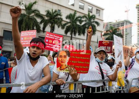 Yangon, Myanmar. 22 février 2021. Un manifestant fait un geste pendant la démonstration. Une foule massive s'est emmenée dans les rues de Yangon pour protester contre le coup d'État militaire et a demandé la libération d'Aung San Suu Kyi. L'armée du Myanmar a arrêté le conseiller d'État du Myanmar Aung San Suu Kyi le 01 février 2021 et a déclaré l'état d'urgence tout en prenant le pouvoir dans le pays pendant un an après avoir perdu les élections contre la Ligue nationale pour la démocratie (NLD). Crédit : SOPA Images Limited/Alamy Live News
