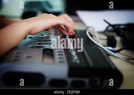 Ordinateur portable en braille permettant aux malvoyants d'accéder aux ordinateurs.