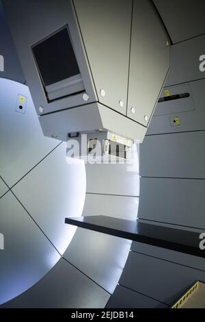 La protonthérapie irradie les cellules cancéreuses avec un faisceau de protons à l'intérieur de la tumeur.