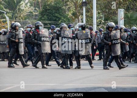 Yangon, Myanmar. 22 février 2021. Les policiers avancent vers les manifestants pendant la manifestation. Une foule massive s'est emmenée dans les rues de Yangon pour protester contre le coup d'État militaire et a demandé la libération d'Aung San Suu Kyi. L'armée du Myanmar a arrêté le conseiller d'État du Myanmar Aung San Suu Kyi le 01 février 2021 et a déclaré l'état d'urgence tout en prenant le pouvoir dans le pays pendant un an après avoir perdu les élections contre la Ligue nationale pour la démocratie (NLD). Crédit : SOPA Images Limited/Alamy Live News