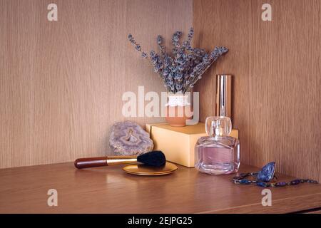 Produits de beauté avec bijoux par vase de fleur de lavanda