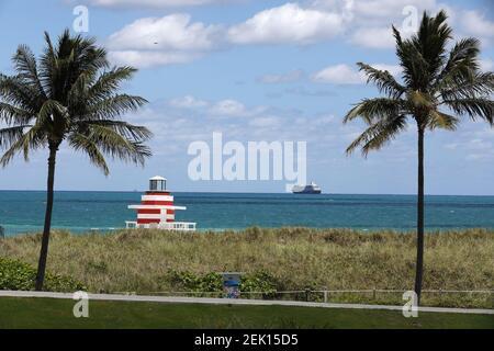 MIAMI BEACH, FL - 28 AVRIL : vue générale du parc South Pointe à Miami Beach pendant la pandémie du coronavirus, le 28 avril 2020, à Miami Beach, en Floride. À compter du 29 avril, le comté de Miami-Dade ouvrira des parcs publics, des marinas et des terrains de golf à mesure que la phase 1 de la fin de la fermeture du coronavirus sera en cours. Le COVID-19 s'est répandu dans la plupart des pays du monde, faisant plus de 215,000 morts avec des infections de plus de 3.1 millions de personnes. (Photo d'Alberto E. Tamargo/Sipa USA)