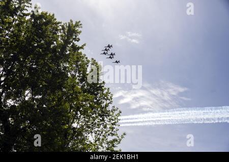 Les Thunderbirds, l'équipe de démonstration de vol aérobie de l'US Air Force, qui comprend six F-16C Fighting Falcon, effectuent un survol avec les US Navy Blue Angels, dans la zone métropolitaine de Washington, DC, à Silver Spring, Maryland, le samedi 2 mai 2020. Le survol salue les premiers intervenants dans la lutte contre la pandémie du coronavirus COVID-19. Crédit: Ron Sachs / CNP / Sipa USA