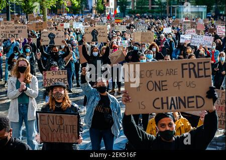 Les gens tiennent la pancarte tout en levant la main, lors de la manifestation de solidarité massive contre la violence anti-noire, qui a eu lieu à Utrecht, le 5 juin 2020. Après la mort de George Floyd par un policier aux États-Unis, plusieurs manifestations massives ont eu lieu aux pays-Bas. Dans la ville d'Utrecht, des milliers de personnes se sont rassemblées lors d'une manifestation pacifique en solidarité avec le mouvement américain et contre la violence anti-noire aux pays-Bas. (Photo par Romy Fernandez/Sipa USA)