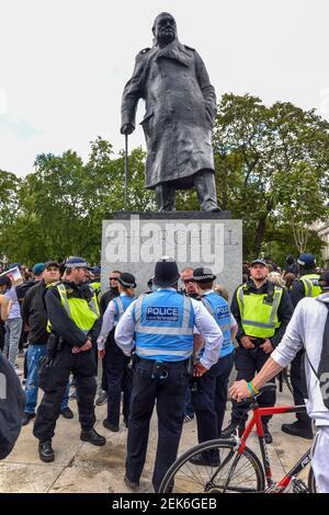Des policiers se tiennent autour de la statue de Sir Winston Churchill à Westminster pendant la manifestation Black Lives Matter. Le mouvement de protestation a exigé que cette statue et d'autres autour du Royaume-Uni soient enlevés en raison du racisme ou des liens avec l'esclavage. (Photo par Dave Rushen / SOPA Images / Sipa USA) Banque D'Images