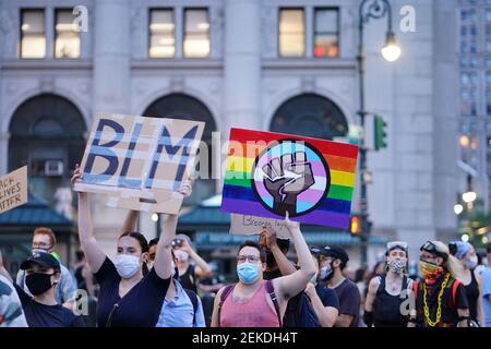 Des manifestants tenant des écriteaux exprimant leur opinion au cours de la manifestation. La vie noire compte les manifestants appellent à la fin de « la surveillance excessive des communautés noires » et à l'utilisation excessive de la force par la police. (Photo de John Nacion / SOPA Images / Sipa USA)
