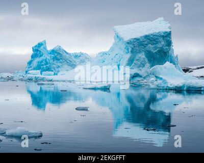 Paysage avec iceberg, Îles de la pêche, Antarctique Banque D'Images