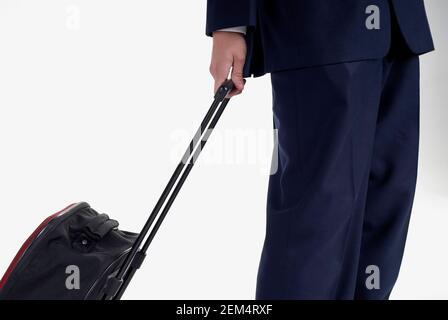 Vue en coupe centrale d'un homme tenant une valise