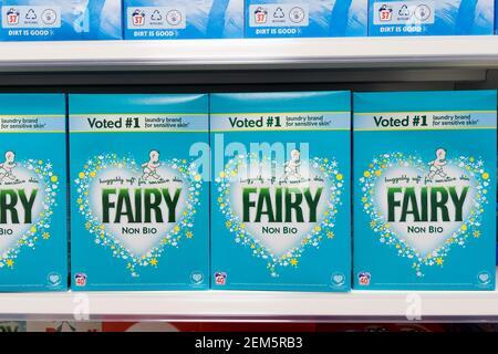 Une grande boîte de poudres de lavage non bio Fée s'alignent sur le dsiplay sur l'étagère à vendre en magasin, Kent