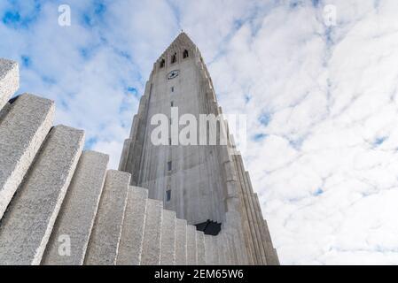 Vue à angle bas du clocher de la paroisse de Hallgrimskirkja église de Reykjavik
