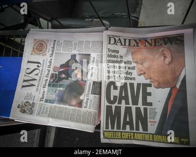 Les titres des journaux de New York, le samedi 26 janvier 2019, font état de la fin temporaire de la fermeture du gouvernement. (Âphoto de Richard B. Levine)