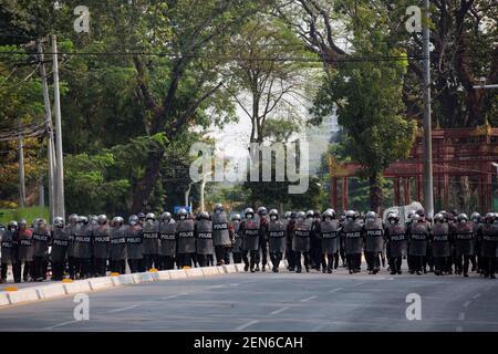Yangon, Myanmar. 22 février 2021. La police avance vers les manifestants manifestant contre le coup d'État militaire.UNE foule massive s'est emparée dans les rues de Yangon pour protester contre le coup d'État militaire et a exigé la libération d'Aung San Suu Kyi. L'armée du Myanmar a arrêté le conseiller d'État du Myanmar Aung San Suu Kyi le 01 février 2021 et a déclaré l'état d'urgence tout en prenant le pouvoir dans le pays pendant un an après avoir perdu l'élection contre la Ligue nationale pour la démocratie crédit: Aung Kyaw Htet/SOPA Images/ZUMA Wire/Alamy Live News