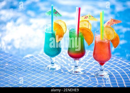 Des cocktails rafraîchissants au bord de la piscine vous attendent fête