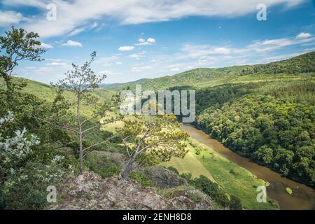 Canyon de la rivière Berounka, vue d'une colline Certova skala dans un village Hracholusky République tchèque.