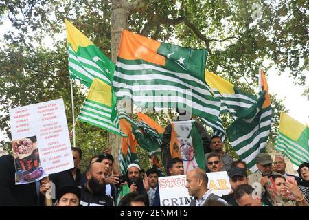Une grande foule de manifestants se rassemblent sur la place du Parlement autour de la statue de Gandhi et brandisquent des drapeaux en solidarité avec le peuple du Cachemire après que le Premier ministre indien Narendra Modi ait prononcé un discours du jour de l'indépendance pour retirer les droits spéciaux du Cachemire en tant que région autonome. (Photo par Amer Ghazzal / SOPA Images / Sipa USA)