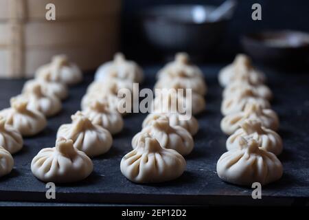 Gros plan sur les boulettes chinoises Baozi non cuites. Boulettes d'azie