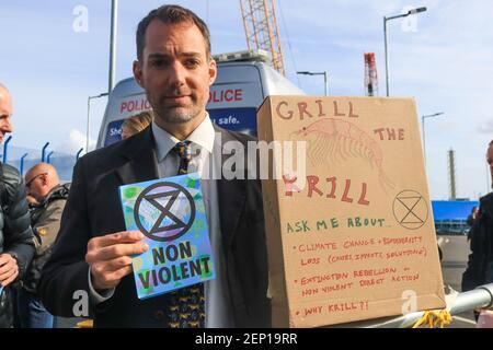 Un manifestant militant contre le climat détient une brochure tandis que les manifestants rebelles de l'extinction tentent de fermer l'aéroport de London City pendant trois jours. (Photo par Amer Ghazzal / SOPA Images / Sipa USA)
