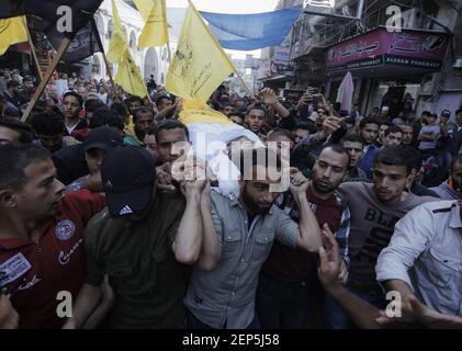 (NOTE DE LA RÉDACTION : l'image dépeint la mort) les boureurs portent le corps d'Ahmed al-Shehri pour une procession funéraire après la frappe aérienne dans le sud de la bande de Gaza. (Photo de Yousef Masoud / SOPA Images/Sipa USA)