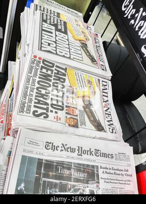 Titres des journaux de New York le jeudi 25 octobre 2018 rapport sur les bombes à pipe de fortune qui ont été envoyées à divers démocrates éminents. (Photo de Richard B. Levine)