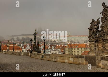 Carte postale vue du château de Prague dans la brume depuis le pont Charles, république tchèque.destination touristique célèbre.panorama de Prague.matin Foggy dans la ville.