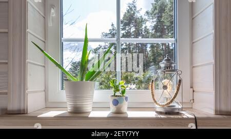 Groupe de maison sur un rebord de fenêtre en bois blanc dans une chambre de style scandinave. Maison décoration style de vie