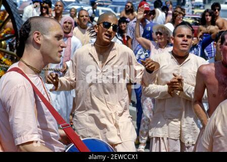 Lièvre Krishna dévotés chantant lors d'un festival à Venice Beach, CA