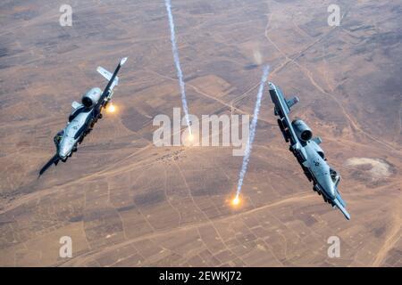 Deux CONTRE-mesures DE LA VERSION A-10 de Thunderbolt IIS flotent sur la zone de responsabilité de la commande centrale des États-Unis, le 23 juillet 2020. L'A-10 est un très