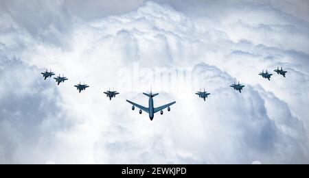 Un KC-135 de la Force aérienne des États-Unis, des aigles F-15C, des aigles F-15E Strike et des F-15SA de la Royal Saudi Air Force survolent l'Arabie saoudite pendant leur participation