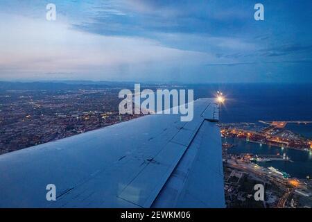Vol au-dessus de la ville de Valence dans un avion, espagne