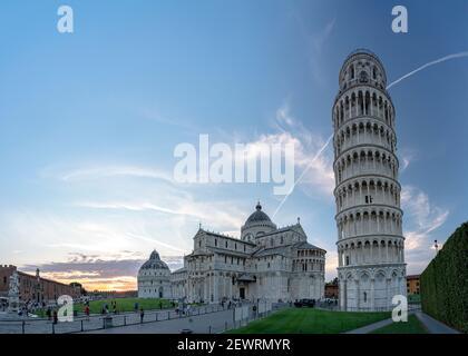 La célèbre Piazza dei Miracoli avec le Baptistère, la cathédrale de Pise (Duomo) et la Tour penchée, site classé au patrimoine mondial de l'UNESCO, Pise, Toscane, Italie Banque D'Images