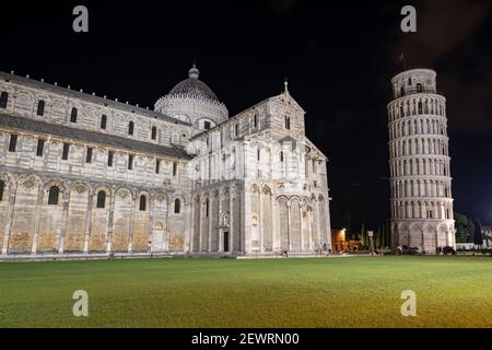 Cathédrale (Duomo) et Tour penchée la nuit, Piazza Dei Miracoli, site classé au patrimoine mondial de l'UNESCO, Pise, Toscane, Italie, Europe