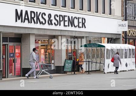 Magasins Marks and Spencer et magasins d'alimentation toutes saisons Abritez le tunnel d'entrée M&S à sens unique et le coronavirus de sortie séparé Corvid 19 pandémie Essex Royaume-Uni