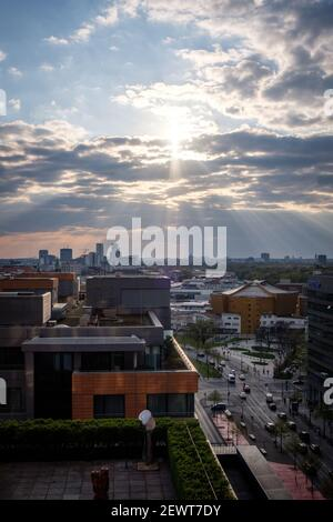 Le soir, des rayons du soleil se font jour à travers les nuages au-dessus de la Potsdamer Platz, Berlin, Allemagne, en avril 2019.
