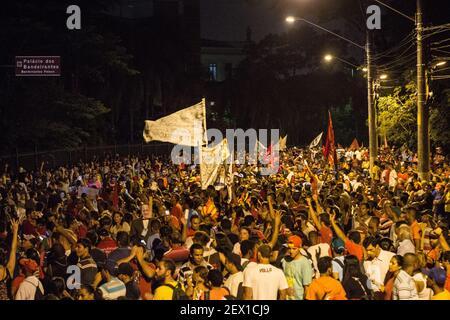 SÃO PAULO, SP-2/26/2015. MARS pour L'EAU dans SP. Les manifestants tiennent une veillée devant le Palais du Gouvernement lors de la Marche pour l'eau à São Paulo. Convoquée par le MTST, la Marche a suivi le Largo da Batata, à Pinheiros, jusqu'au Palais Bandeirantes. Le mouvement exige plus de transparence dans le gouvernement de l'État face à la crise de l'approvisionnement en eau. Environ 15,000 personnes ont assisté à la manifestation. (Photo: Walmor Carvalho/Fotoarena) *** Veuillez utiliser le crédit du champ de crédit *** SÃO PAULO, SP - 26/02/2015. MARCHA PELA ÃGUA EM SP. Manifestantes fazem vigilia em frente ao Palacio do Governo durante Marcha PE