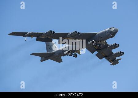 Un B-52H StratoFortress prend son envol après avoir été retiré de l'entreposage à long terme le 13 février 2015, à la base aérienne de Davis-Monthan, Ariz. l'avion a été mis hors service en 2008 et a passé les sept dernières années assis dans le «œBoneyard», mais a été choisi pour être ramené à l'état actif et finira par rejoindre la flotte B-52. Le B-52 a été piloté par le 309e Groupe de maintenance et de régénération aérospatiales. (Photo du Sgt. Greg Steele/États-Unis Force aérienne)