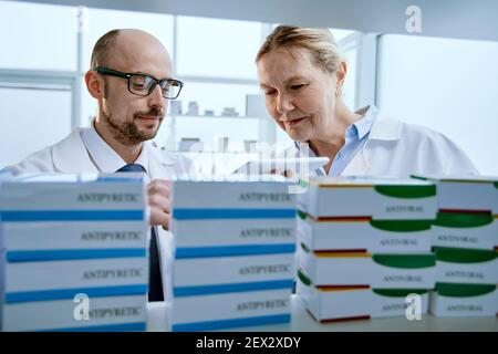 collègues pharmaciens discutant de l'offre de nouveaux médicaments.